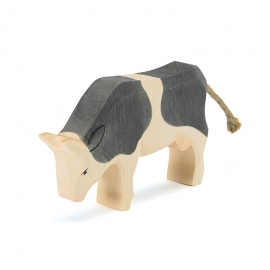 Kuh schwarz fressend